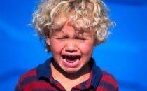 Почему дети ведут себя хуже, когда мама рядом?